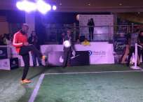 El argentino y el marfileño jugaron un partido de fútbol tenis en un centro comercial. Foto: Tomada de @LDU_Oficial