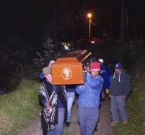 Entre lágrimas y gestos de despedida, familiares y amigos enterraron a los polizones. Foto: Captura Video.
