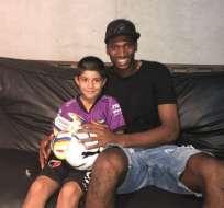 El arquero nacional le llevó regalos al pequeño aficionado. Foto: Tomada de @jbattagliotti