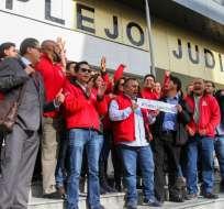 QUITO, Ecuador.- Un grupo de colaboradores del canal se manifestaron en los exteriores del Complejo Judicial. Foto: API