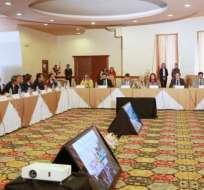QUITO, Ecuador.- La canciller María Fernanda Espinosa revisa la nueva herramienta con 36 embajadores. Foto: Cancillería