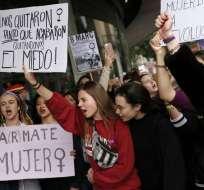 Los estudiantes sostienen pancartas y gritan consignas mientras protestan durante una huelga. Foto: AFP