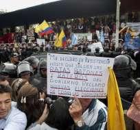 QUITO, Ecuador.- Ciudadanía realizó plantón en la Av. de los Shyris. Foto: API.