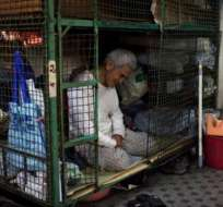 Tam Wing Dik, de 78 años, vive en una jaula en Hong Kong.