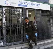 Efectivos de Criminalística durante el allanamiento de la Notaría que ocurrió el martes 13 de marzo de 2018 en Quito. Foto: API