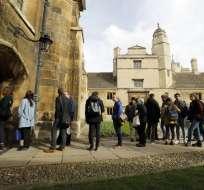 Estudiantes de la Universidad de Cambridge firman el libro de condolencias por la muerte de Stephen Hawking. Foto: AFP