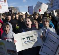 WASHINGTON, EE.UU.- Miles de estudiantes marcharon frente a la Casa Blanca en contra del libre acceso a las armas. Foto: AFP