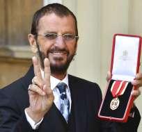 Ringo exhibe la medalla que lo inviste como Caballero de la Corona. Foto: AP.