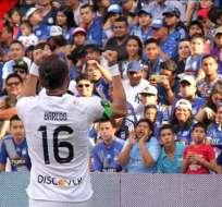 Liga de Quito venció a Emelec con gol de Hernán Barcos y la hinchada 'azul' lanzó objetos a la cancha.