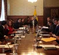 QUITO, Ecuador.- El presidente lidera la reunión de Consejo de Seguridad, que revisa el secuestro de periodistas. Foto: API