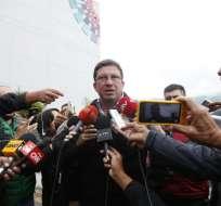 QUITO, Ecuador.- Ministro César Navas dialoga con la prensa sobre estado de periodistas secuetrados. Foto: API.