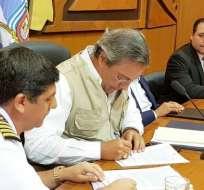 El prefecto del Guayas, Jimmy Jairala, y el capitán Carlos Ruales. Foto: Prefectura Guayas