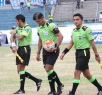 Los árbitros ecuatorianos podría paralizarse por deudas que mantiene la FEF con ellos.