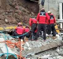 Cerca de las 8H00 personal de Bomberos Quito realizaba labores de estabilización del muro. Foto: CBQ