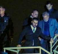 El exmandatario de izquierda (2003-2010) llegó por la noche en helicóptero a sede de la Policía Federal de Curitiba. Foto: AFP.