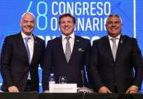 Alejandro Domínguez (c.) presidente del organismo posa junto al presidente de la FIFA (i.). Foto: EITAN ABRAMOVICH/AFP