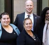 Vertis Boyce (der) con la madre y hermana de Beto Maldonado y el doctor Jeffrey Veale. (Foto cortesía: UCLA Health)