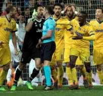 El árbitro inglés pitó un penal polémico al minuto 93. Foto: CURTO DE LA TORRE / AFP