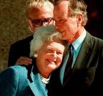 En esta imagen del 6 de noviembre de 1997, el expresidente George Bush abraza a su esposa, Barbara, después de un discurso. AP.