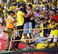 Juan Dinenno celebró con la hinchada de Barcelona su tanto sobre Guayaquil City.