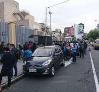 Cientos de estudiantes permanecen fuera de las instalaciones del centro educativo. Foto: Twitter @Mary_RomeroY