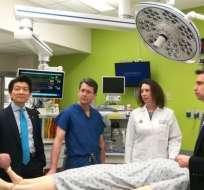El doctor Andrew Lee y 10 cirujanos trabajaron durante 14 horas en la cirugía..