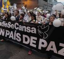 """Al grito de """"¡Ni uno más, por un país de paz!"""", cientos de personas marcharon por la paz. Foto: API"""