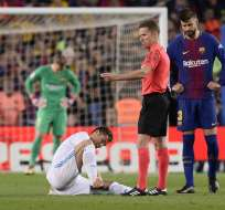 BARCELONA, España.- CR7 sufrió una lesión en su tobillo derecho tras una intercepción de Piqué. Foto: AFP