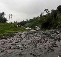 Maquinaria del Gobierno Provincial de Napo inició los trabajos de limpieza de la vía. Foto: Cortesía