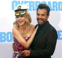 """Anna Faris, izquierda, y Eugenio Derbez ríen en el estreno de """"Overboard. Foto: AP."""