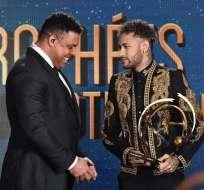 PARÍS, Francia.- Neymar recibe el premio como mejor jugador de la temporada 2017-2018 de manos de Ronaldo Nazário. Foto: AFP