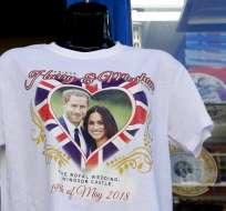 Una camiseta a la venta en Windsor, Inglaterra, donde se casará la pareja real. Foto: AP.