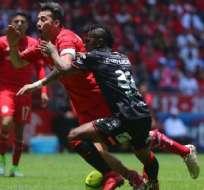 TOLUCA, México.- El ecuatoriano Miller Bolaños cometió una grave falta en el partido entre Toluca y Xolos.