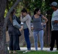 La Habana, CUBA. Familiares de las víctimas del accidente aéreo afuera de la morgue. Foto: AFP