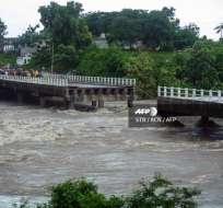 10.000 evacuados tras el colapso de un puente y la paralización de una refinería.  Foto: AFP