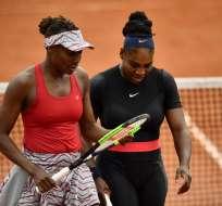 PARIS, Francia.- Serena (derecha) y Venus Williams lamentaron la derrota en el sexto día del torneo. Foto: AFP