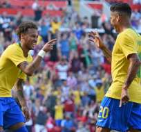 LIVERPOOL, Inglaterra.- Roberto Firmino celebra junto a Neymar el segundo gol del partido. Foto: AFP