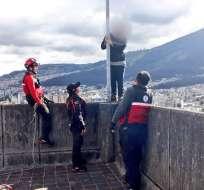 Bomberos intervienen para impedir el suicidio de un joven de 25 años. Foto: Twitter Cuerpo de Bomberos.