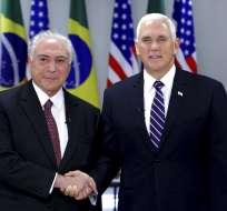 El presidente de Brasil, Michel Temer, izquierda, recibe al vicepresidente de EEUU, Mike Pence, en el palacio Foto: AP