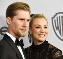 Karl Cook y Kaley Cuoco, en una fiesta de los Globos de Oro. Foto: AP.