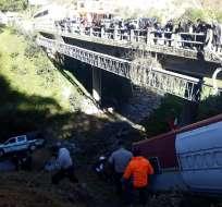 Tras choque, bus y camioneta cayeron a un barranco en vía Panamericana. Foto: Twitter @SiguemeLoja