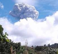 Una explosión provocó una nube de ceniza que alcanzó 6,7 km de altura sobre el nivel del mar. Foto: Twitter IG