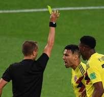 MOSCÚ, Rusia.- Falcao reclama por una tarjeta amarilla en su contra tras cuestionar un penal a favor de los ingleses. Foto: AFP