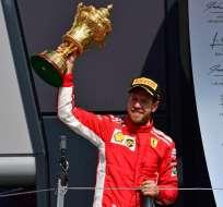 SILVERSTONE, Reino Unido.- Sebastian Vettel sostiene su trofeo luego de triunfar en el Gran Premio de Gran Bretaña. Foto: AFP