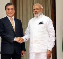 El primer ministro indio, Narendra Modi (dcha) junto al presidente surcoreano, Moon Jae-in. Foto: EFE.