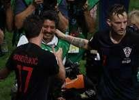Yuri Cortez fue tumbado por los jugadores europeos que luego lo besaron y abrazaron. Foto: JEWEL SAMAD/AFP