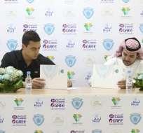 Tagliapietra mientras firma su contrato con el equipo árabe Al-Batín. Foto: @albatinclub
