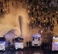 PARÍS, Francia.- La policía dispersa a cientos de personas con cañones de agua luego de reportarse disturbios. Foto: AFP