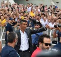 TURÍN, Italia.- CR7 a su llegada a la sede de Juventus. Foto: AFP