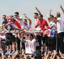 ZAGREB, Croacia.- Los jugadores de la selección croata festejando en las calles de la capital. Foto: sport.hrt.hr